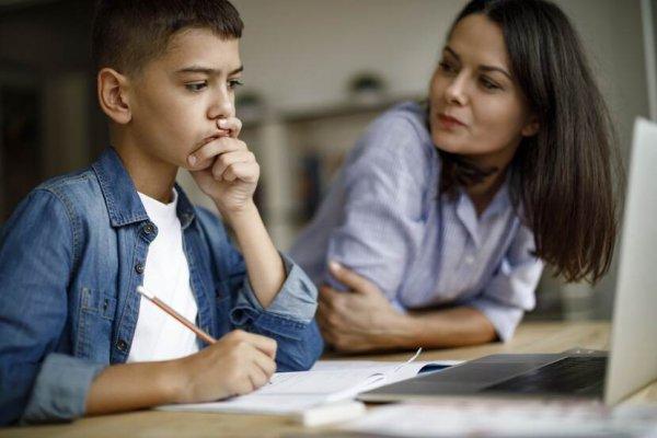 jongen-maakt-huiswerk-achter-laptop