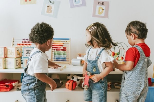 publiek-gefinancierde-kinderopvang-biedt-veel-voordelen-adobestock